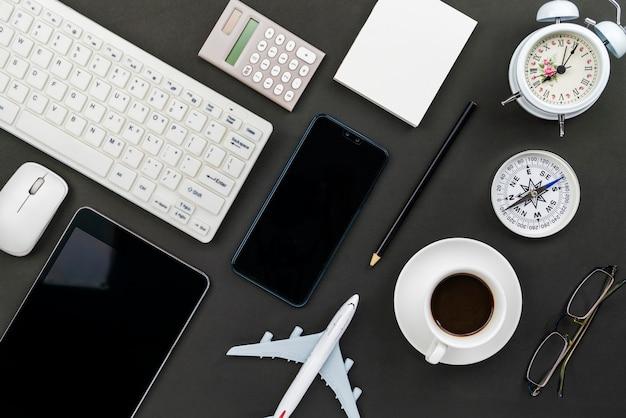 ビジネス職場とビジネスオブジェクトのオフィスデスクテーブル