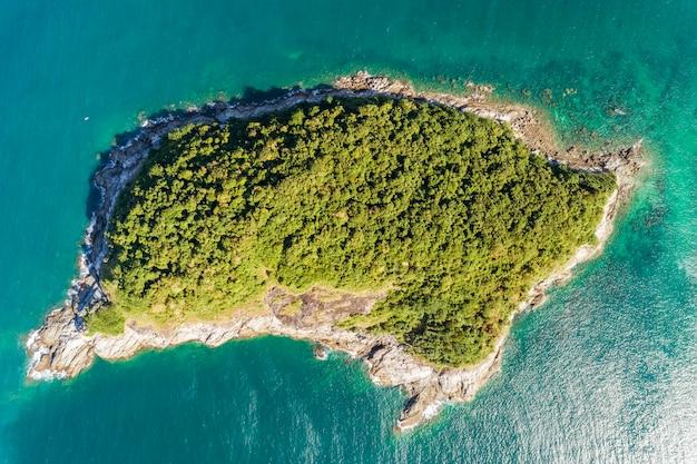 プーケットタイの美しい小さな島と熱帯の海の空撮