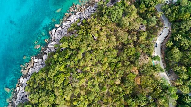 空撮ドローンショット、高角度のビューで夏の季節の画像で美しい熱帯の海の上から見た風景