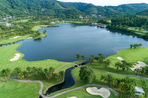 美しいゴルフ場の空撮ドローンショット