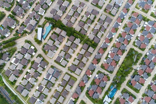夏期の村のドローン平面図と家の屋根からの空撮道路の鳥瞰図