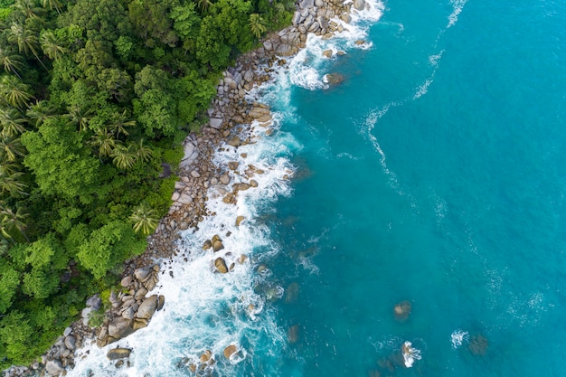 Аэрофотоснимок грохочущих волн на скалах пейзажный вид на природу и красивое тропическое море с видом на морское побережье в летнем сезоне с высоты птичьего полета с высоким углом зрения