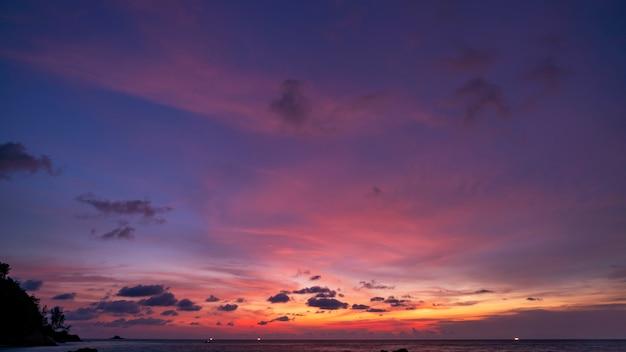 劇的な雲夜の時間で海の上の素晴らしいカラフルな雄大な空