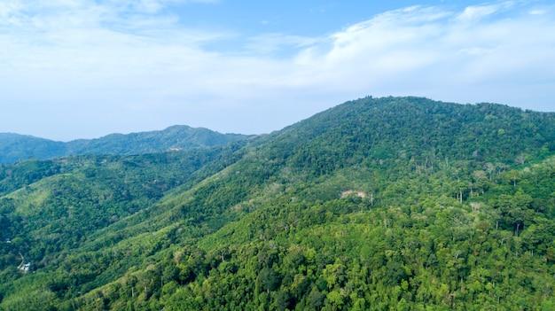 熱帯雨林の山々の風景アジアタイの豊かな自然空撮ドローンショット