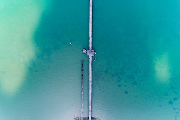 海の長い橋のドローントップビューから空撮