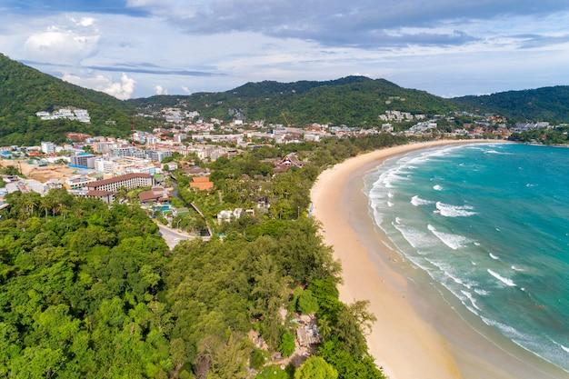 砂浜に打ち寄せる波と熱帯の海の砂浜ビーチプーケットタイのビーチの空中撮影