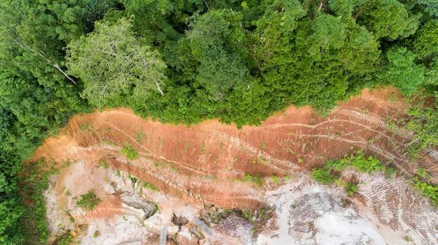Аэрофотоснимок с тропического леса дрон и высокой скалы