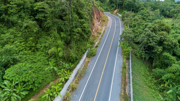 Кривая асфальтовой дороги в высоком изображении горы дроном