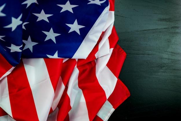 背景の黒い木のアメリカの国旗