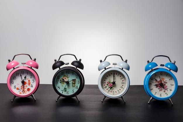 黒革の目覚まし時計のセット