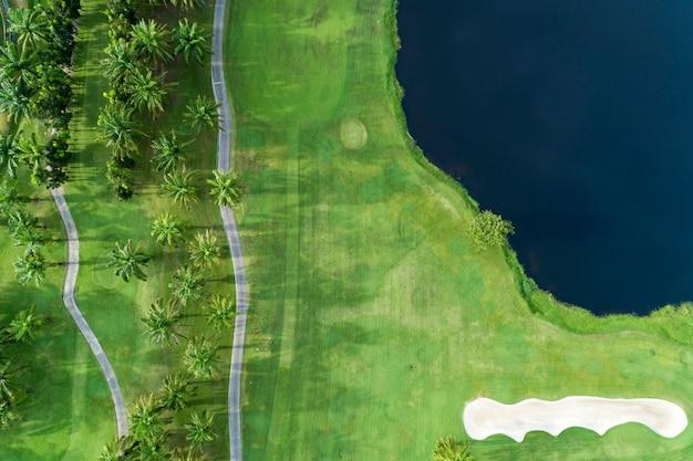 美しいゴルフ場の空撮ドローンショット高角度のビュー