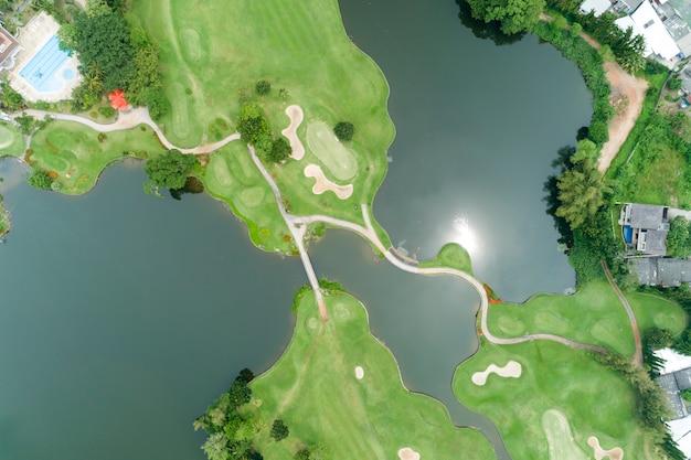 Вид с воздуха на красивом зеленом поле для гольфа