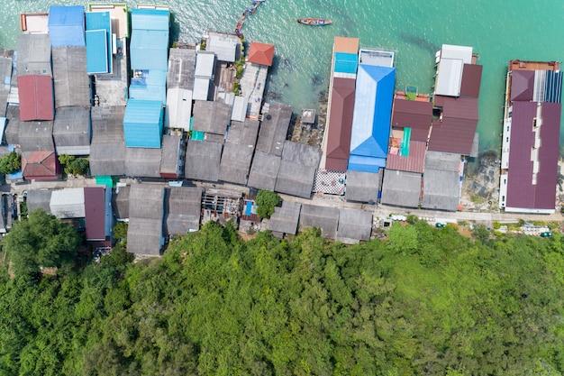 漁船とタイのコラットスラタニの桟橋で家の屋根の漁師村の空撮平面図