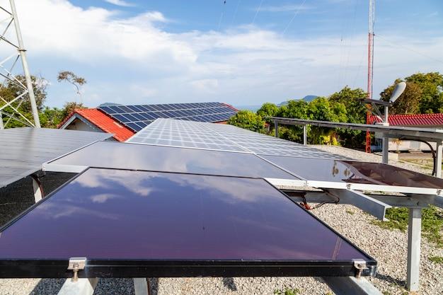ソーラーパネル、空の風力タービン、自然エネルギー
