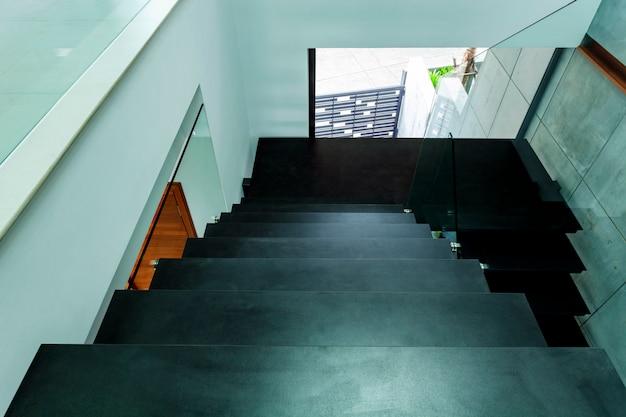モダンなヴィラの美しいインテリアの階段豪華な家