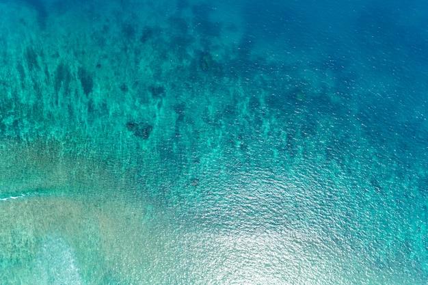 ドローン上空からの美しい海の海面トップダウン