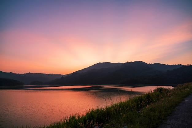夕日や日の出の風景の劇的な空の長時間露光画像