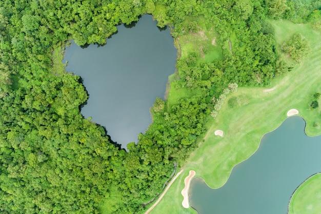 空撮ドローン美しい緑のゴルフ場のトップダウンショット夏には高角度のビュー