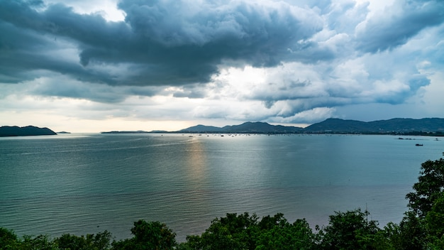 Темное облако дождя над морем перед штормом сильного дождя на острове.