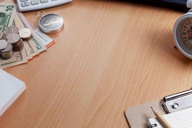 ビジネス職場とビジネスオブジェクトのオフィスデスク木製テーブル背景。