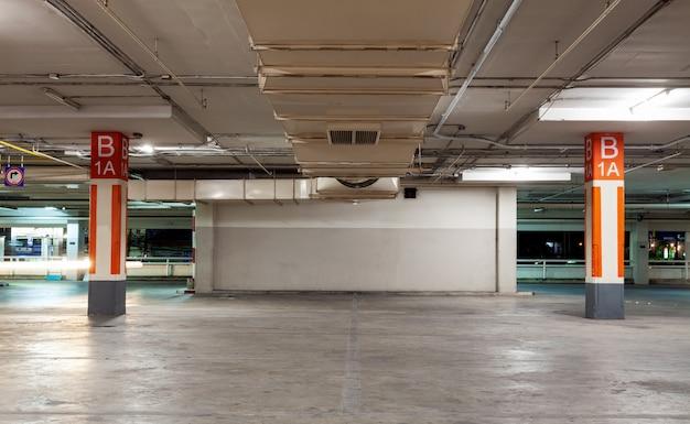 駐車ガレージのインテリア、工業ビル、空の地下。