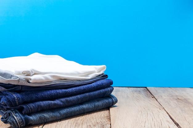 Стек одежды на деревянной доске.