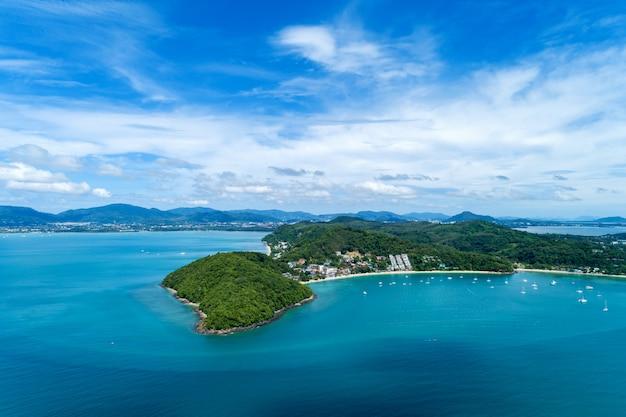 Благоустраивайте взгляд пейзажа природы красивого тропического моря с взглядом морского побережья в изображении сезона лета съемкой трутня вида с воздуха, взглядом высокого угла.