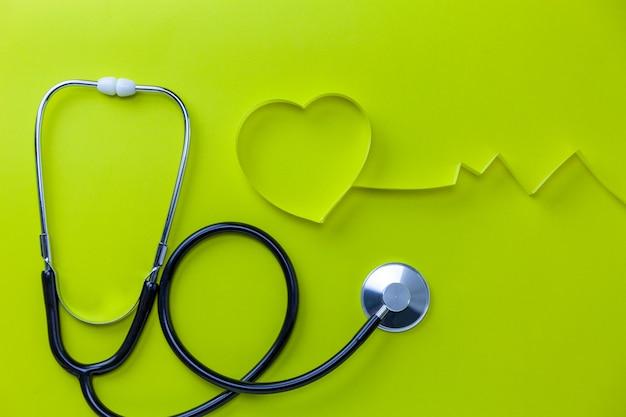 世界保健デーの背景、テキストの紙背景コピースペースにハートリボンと聴診器のヘルスケアと医療の背景概念。