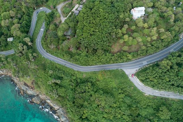 海辺の道路画像と熱帯の海のドローンカメラからのトップダウンの風景