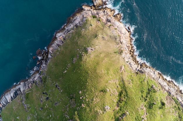 レムクラティンの視点の新しいランドマークにある海岸と高山に砕ける波と熱帯の海