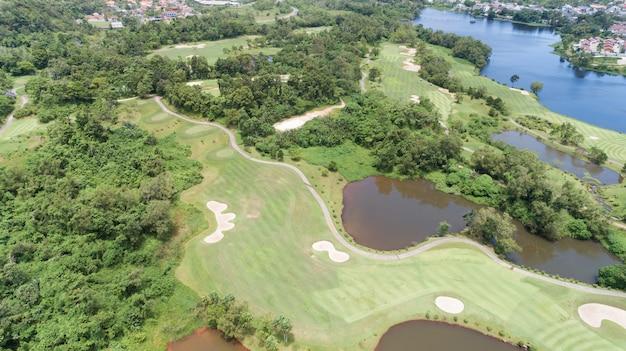 ゴルフ場の航空写真無人機ショット