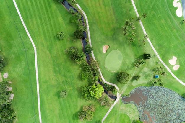 美しいゴルフ場の航空写真ドローンショット