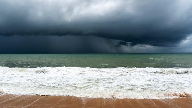 悪天候の日に海の上の嵐の雲