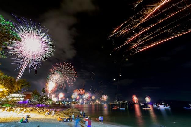 花火でお祝い新年お正月を祝う人々