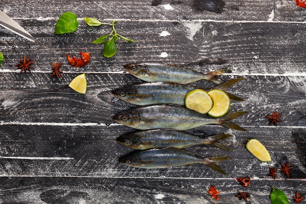 黒い木製の背景、コンセプト料理の背景に魚の行