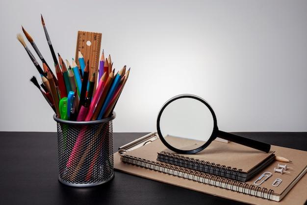 暗いトーンのイメージで黒いテーブルの上の教育オブジェクト