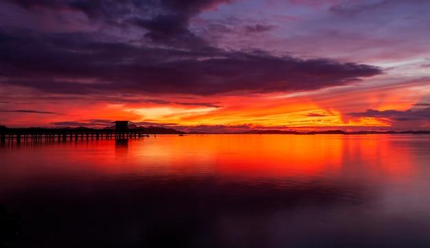 美しい風景と日の出の自然の光
