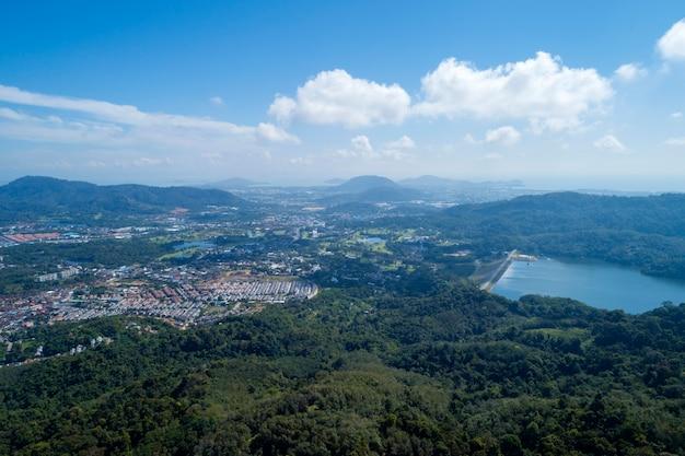 空中ドローンショットの熱帯雨林とダムの鳥瞰図
