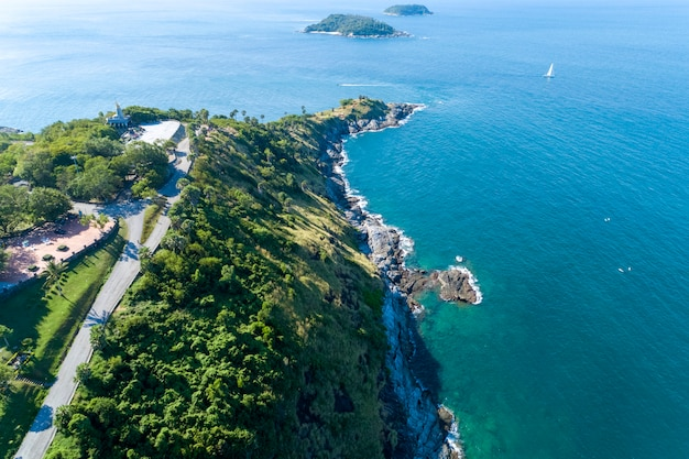 Воздушный беспилотник с высоты птичьего полета фото тропического моря с красивым островом