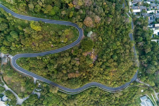 Кривая асфальтовой дороги на изображении высокой горы с высоты птичьего полета дрон