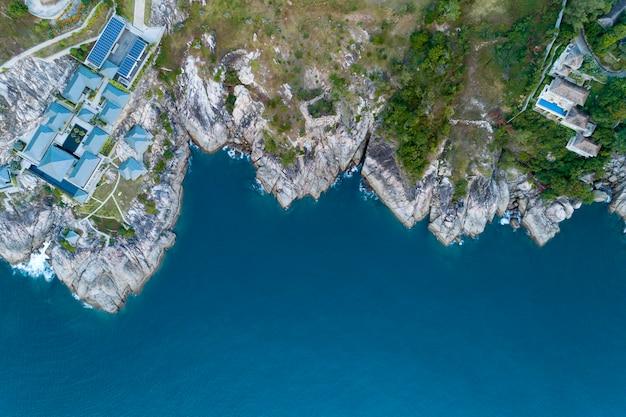 山のシーサイドリゾートのモダンなヴィラの空中ドローン鳥瞰図写真