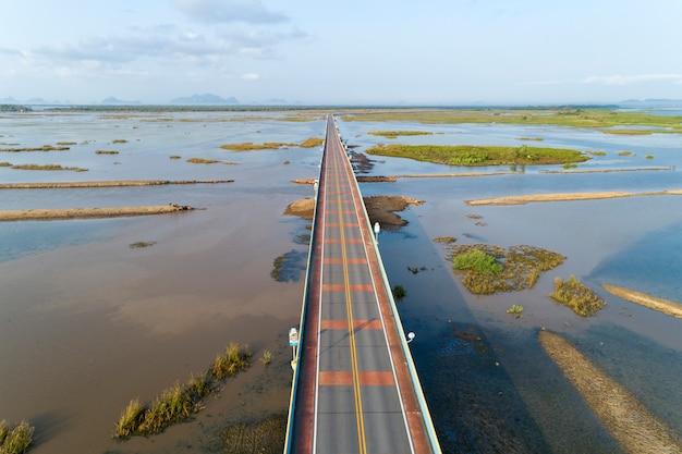 空撮ドローンショット橋(エカチャイ橋)カラフルな道路橋が湖を渡る