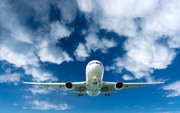 空白い雲を飛んでいる旅客機の飛行機
