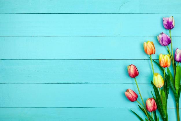 木の上のマルチカラーチューリップの春の花