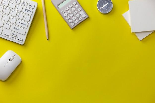 黄色の背景、ビジネス方向の概念上のビジネスオブジェクト