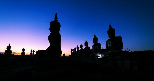 Концепция дня весак, большой будда с восходом солнца фоне неба
