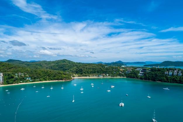 空撮ドローンショットで夏の季節の画像で海の海岸と美しい熱帯の海の風景自然風景