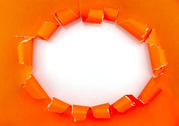 Разорванный открытый бумажный фон, место для вашего сообщения на рваной бумаге