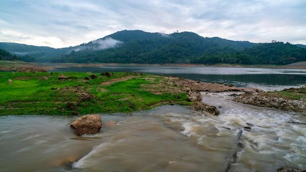 Долго воздействия изображения воды в реке