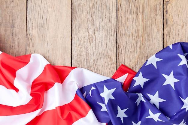 背景の古い木の上のアメリカの国旗